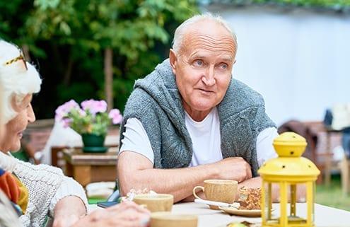 Senioren diskutieren Vor- und Nachteile einer 24-Stunden-Pflege