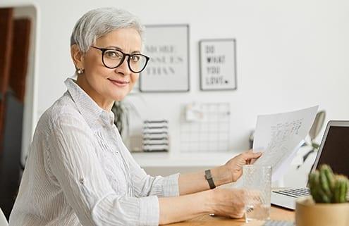 Frau plant Verkauf des geerbten Hauses