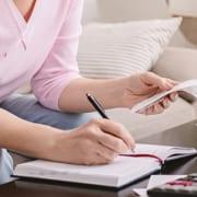 Angehörige macht sich Checkliste für Pflege zu Hause