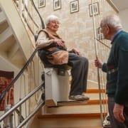 Paar hat gebrauchten Treppenlift gekauft