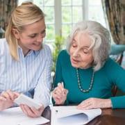 Angehörige von Frau mit Pflegegrad nutzt Pflegepauschalbetrag für Steuererklärung